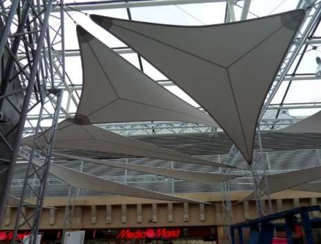 Metaalconstructie voor zeilen in de galerij St. Lambert in Luik